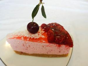 малиновый торт с кокосовой стружкой